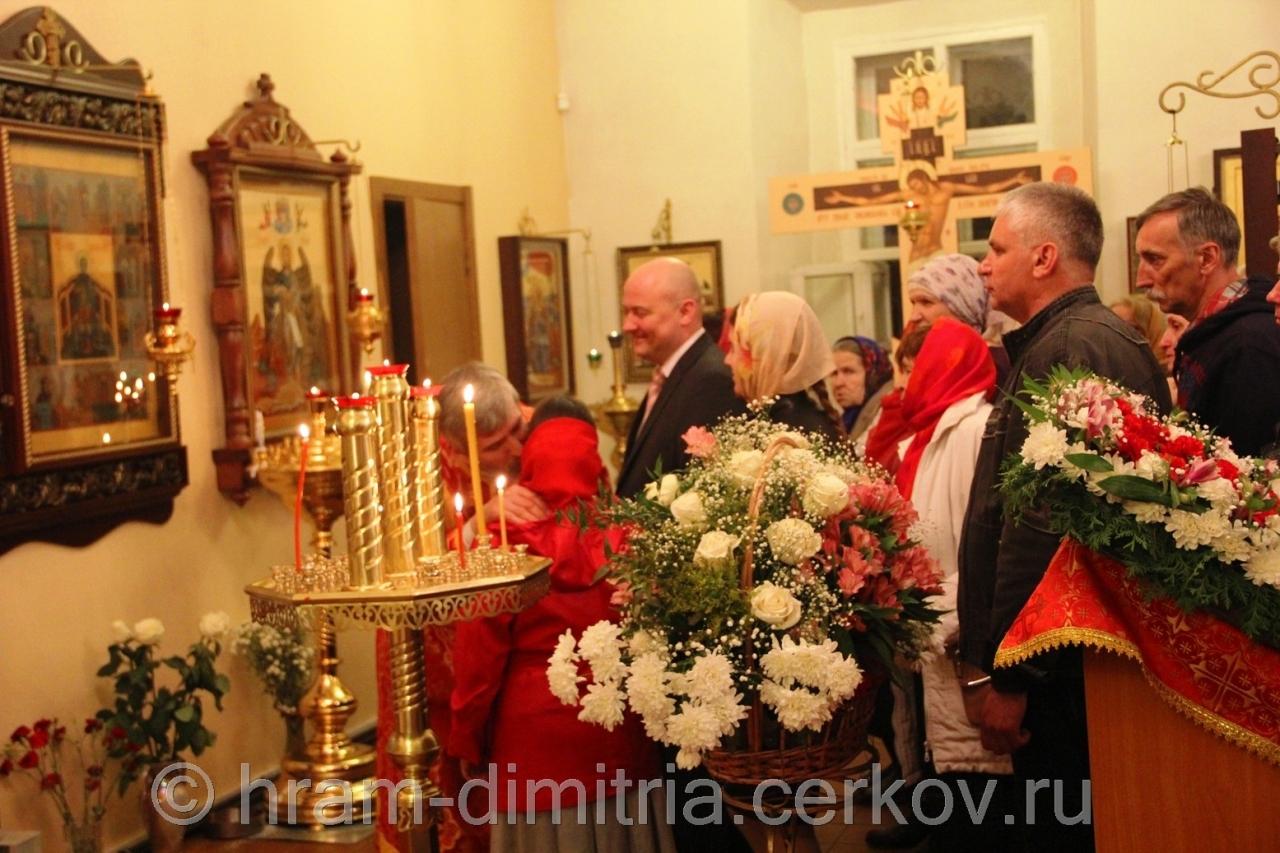 Перед литургией, при пении : «Друг друга объимем, рцем: братие! ...», принято христосоваться