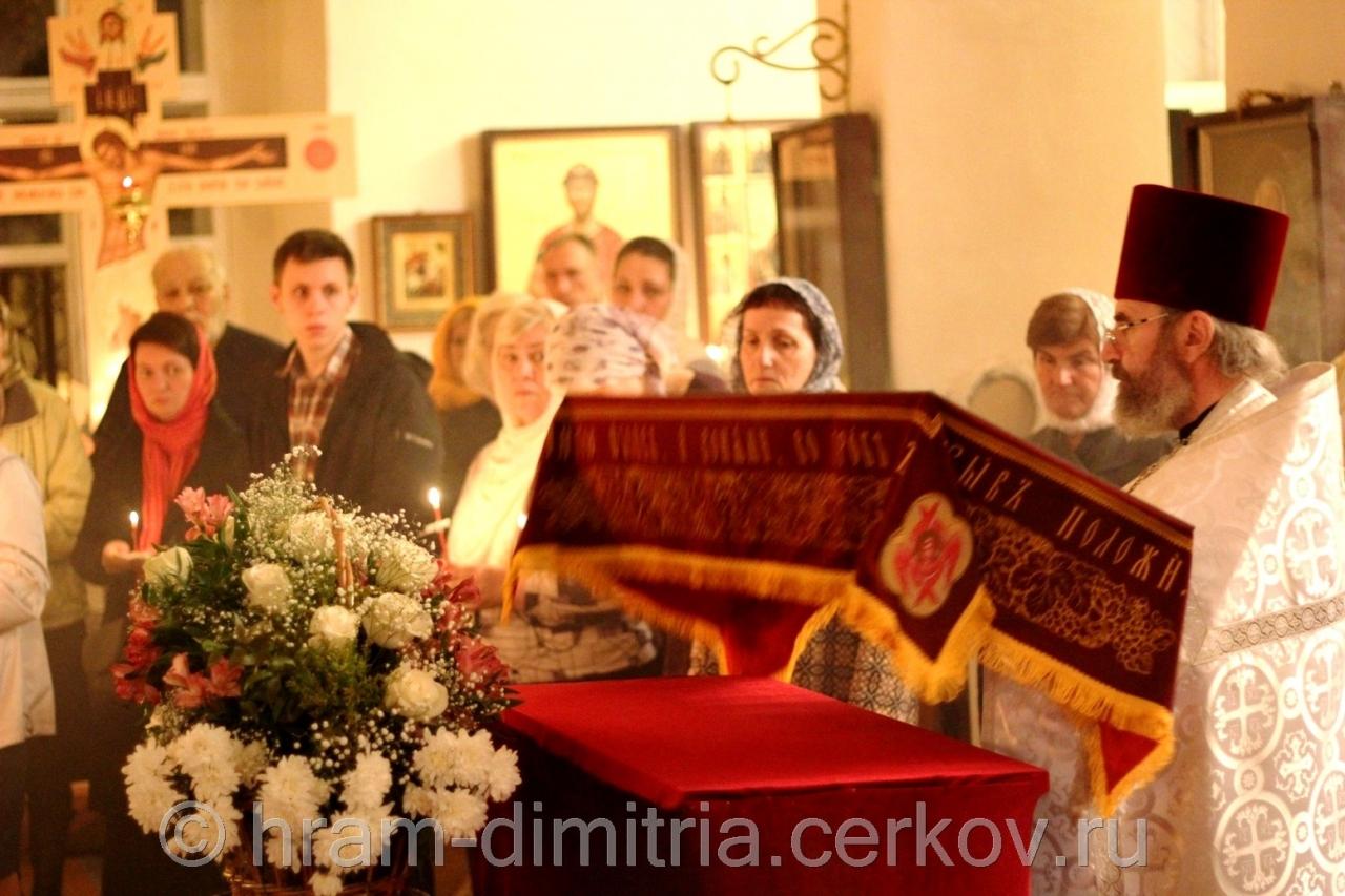 На 9-й песне канона Плащаница вносится в алтарь