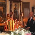 Возжигаются свечи перед иконами
